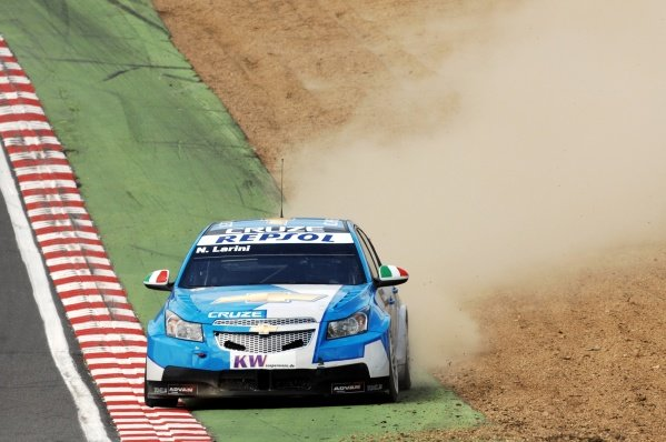 Nicola Larini (ITA), Chevrolet Cruze, goes wide. FIA World Touring Car Championship, Rd8, Brands Hatch, England, 19 July 2009.