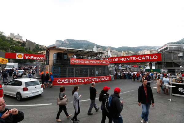 Monte Carlo, Monaco. Sunday 24 May 2015. Fans on the circuit after the race. World Copyright: Sam Bloxham/LAT Photographic. ref: Digital Image _SBL2802