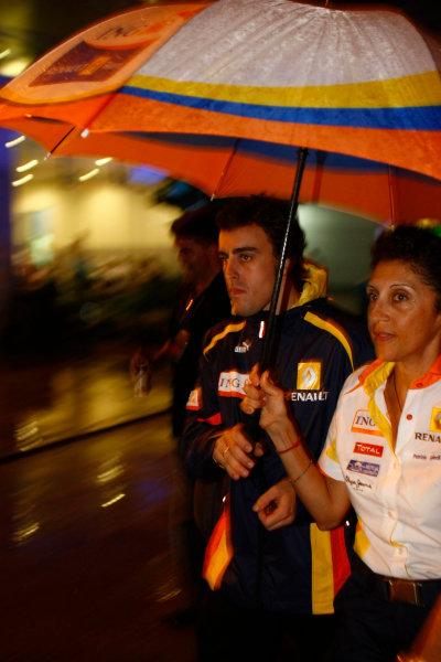 Sepang, Kuala Lumpur, Malaysia4th April 2009Fernando Alonso, Renault R29, with Patrizia Spinelli, PR Officer, Renault F1. Portrait. World Copyright: Charles Coates/LAT Photographicref: Digital Image _26Y6512