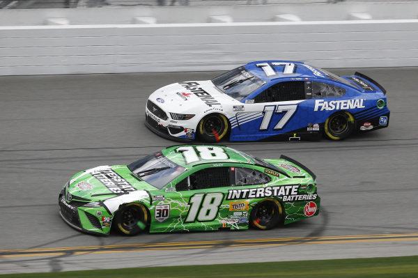 #18: Kyle Busch, Joe Gibbs Racing, Toyota Camry Interstate Batteries, #17: Chris Buescher, Roush Fenway Racing, Ford Mustang