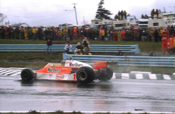 1977 United States Grand Prix East.Watkins Glen, New York, USA.30/9-2/10 1977.James Hunt (McLaren M26 Ford) 1st position.Ref-77 USA 08.World Copyright - LAT Photographic