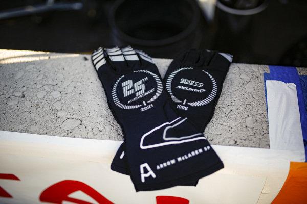 #7: Felix Rosenqvist, Arrow McLaren SP Chevrolet, gloves