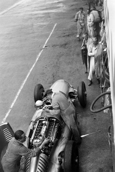 Christian Kautz, Auto Union D, makes a pitstop.