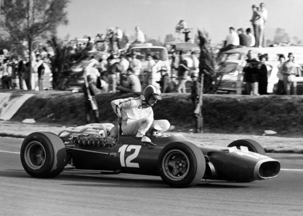 1967 Mexican Grand Prix.Mexico City, Mexico. 22 October 1967.Jo Siffert, Cooper T81-Maserati, 12th position, gets a lift from Jonathan Williams, Ferrari 312, 8th position, action.World Copyright: LAT PhotographicRef: Motor b&w print