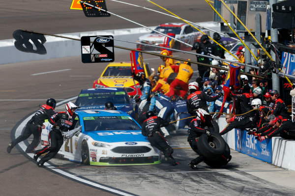 Monster Energy NASCAR Cup Series Can-Am 500 Phoenix Raceway, Avondale, AZ USA Sunday 12 November 2017 Ryan Blaney, Wood Brothers Racing, SKF / Quick Lane Tire & Auto Center Ford Fusion pit stop World Copyright: Matthew T. Thacker LAT Images