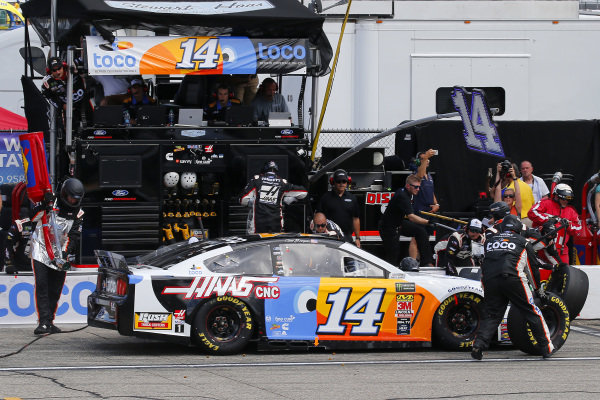 #14: Clint Bowyer, Stewart-Haas Racing, Ford Mustang Toco Warranty/Haas Automation pit stop