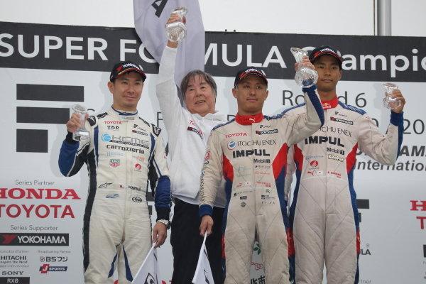 Winner Yuhi Sekiguchi, Itochu Enex Team Impul SF14 Toyota, celebrates on the podium between second position Kamui Kobayashi, carrozzeria Team KCMG SF14 Toyota, and Ryo Hirakawa. Itochu Enex Team Impul SF14 Toyota, 3rd.