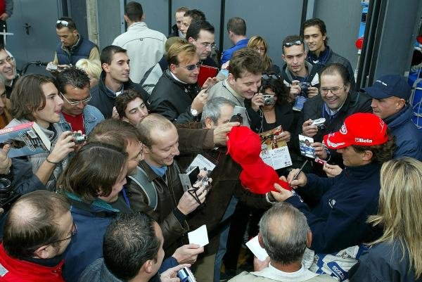 Alex Zanardi (ITA) BMW signs autographs for the fans. The Italian returned to racing for the first time after losing both legs in a horrific accident at the Lausitzring.FIA European Touring Car Championship, Monza, Italy, 19 October 2003.DIGITAL IMAGE