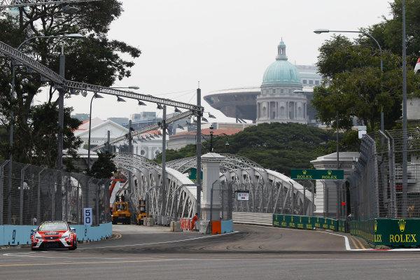 2015 TCR International Series Round 9. Marina Bay Circuit, Singapore. Friday 18 September 2015. Pepe Oriola, No.74 Team Craft-Bamboo LUKOIL. World Copyright: Sam Bloxham/LAT Photographic. ref: Digital Image _G7C3348