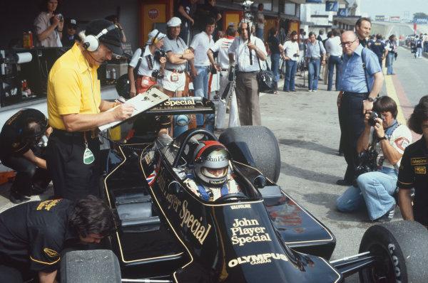 Jarama, Madrid, Spain. 2-4 June 1978. Mario Andretti (Lotus 79 Ford) with Team Lotus boss Colin Chapman alongside. Ref: 78ESP02. World Copyright - LAT Photographic