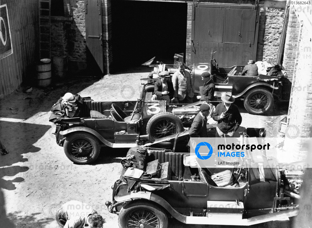 Le Mans, France.18-19 June 1927.The Bentley team prepare for the race. Number 3 is the winning car of Dr. John Benjafield and Sammy Davis .World Copyright: LAT PhotographicRef: Autocar Glass Plate A8064.