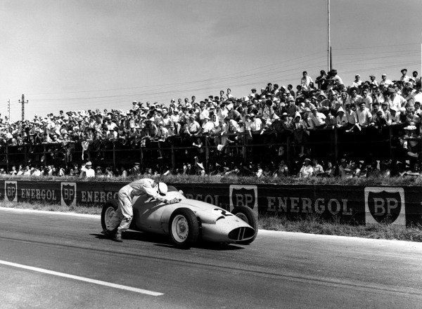 Reims, France. 3-5 July 1959.  Stirling Moss (BRM P25) pushes his car, but is later disqualified for receiving outside assistance.  World Copyright: LAT Photographic Ref: 19398 - 30B