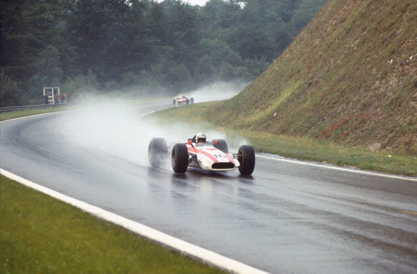 Rouen-les-Essarts, France. 7 July 1968. John Surtees (Honda RA301-Honda), 2nd position, action. World Copyright: LAT Photographic Ref: 68FRA22.