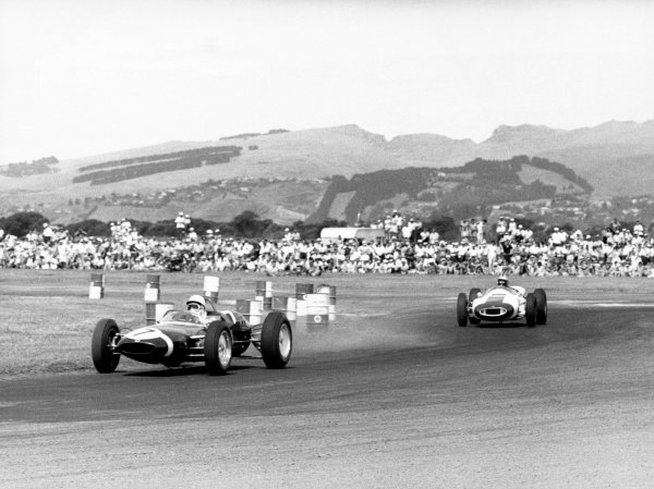 Christchurch, New Zealand. 20th January 1962. Stirling Moss (Lotus 21), 1st position, action. World Copyright: LAT Photographic Ref:  B/W Print.