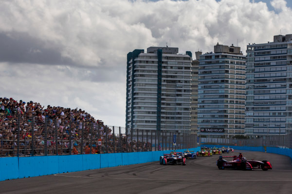 2015/2016 FIA Formula E Championship. Punta del Este ePrix, Punta del Este, Uruguay. Saturday 19 December 2015. Jerome D'Ambrosio (FRA) Dragon Racing - Venturi VM200-FE-01 leads Sam Bird (GBR), DS Virgin Racing DSV-01 and the rest of the field at the start of the race. Photo: Zak Mauger/LAT/Formula E ref: Digital Image _L0U8377