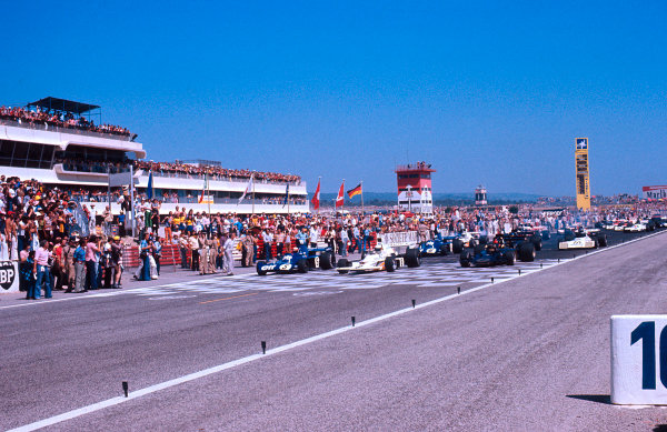 1973 French Grand Prix.Paul Ricard, Le Castellet, France.29/6-1/7 1973.Jackie Stewart (Tyrrell 006 Ford) leads Denny Hulme (McLaren M23 Ford) and Emerson Fittipaldi (Lotus 72E Ford) at the start.Ref-73 FRA 16.World Copyright - LAT Photographic