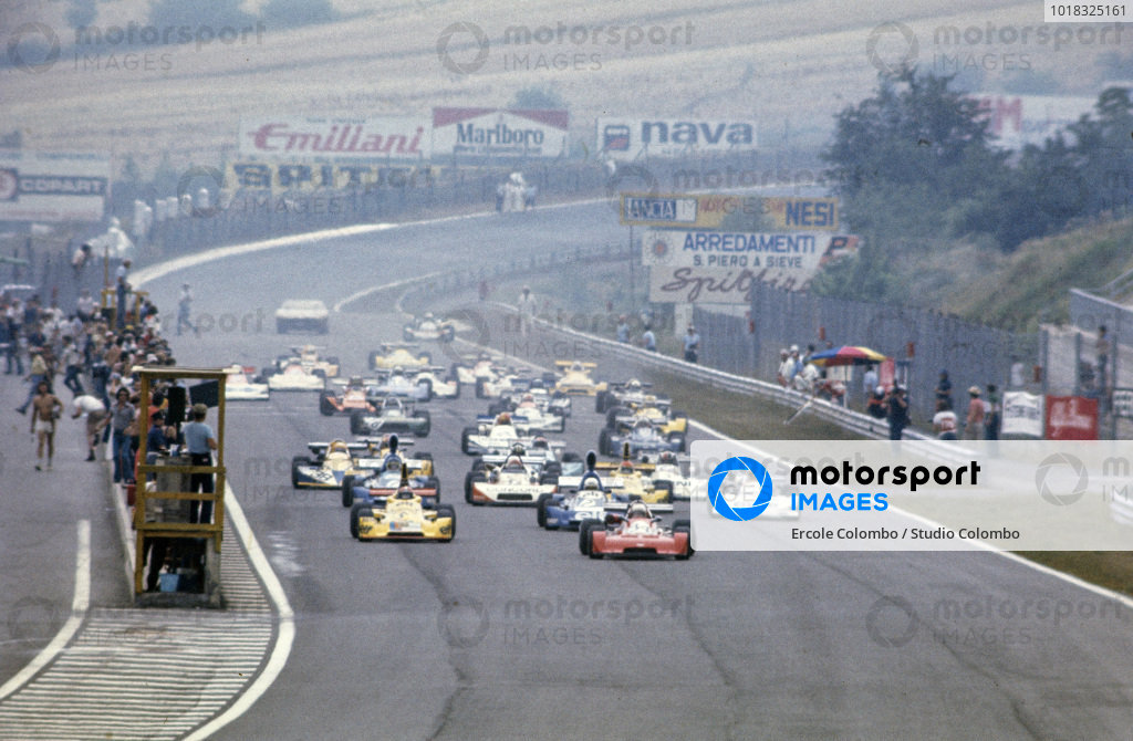 Bob Muir, Chevron B35 Ford BDA/Swindon, leads Jean-Pierre Jabouille, Elf 2J Renault/Gordini, and the rest of the field at the start.
