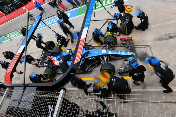 The Alpine F1 practice a pitstop