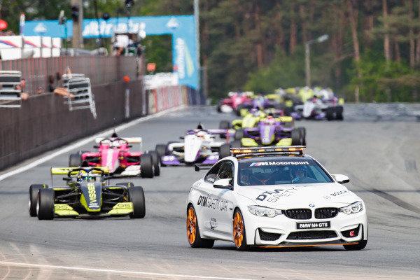 The Safety Car leads Beitske Visser (NLD)