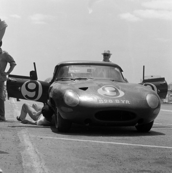 Peter Lumsden / Peter Sargent, Jaguar E-type Lightweight, makes a pitstop.