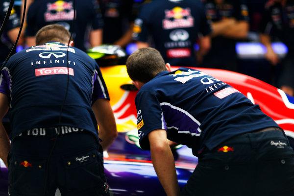 Sochi Autodrom, Sochi, Russia. Thursday 9 October 2014. Red Bull mechanics. World Copyright: Andy Hone/LAT Photographic. ref: Digital Image _ONZ3923