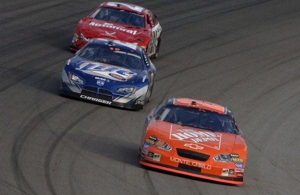 Tony Stewart (USA) leads Rusty Wallace (USA) and Ricky Rudd (USA). NASCAR Nextel Cup, Rd36, Homestead-Miami Speedway, Florida, USA, 20 November 2005. DIGITAL IMAGE