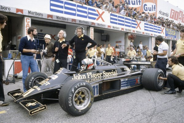 1981 Italian Grand PrixMonza, Italy. 11-13 September 1981.Elio de Angelis (Lotus 87-Ford Cosworth), 4th position, in the pits. Colin Chapman and Peter Wright are behind the car. Ref - 81ITA18.World Copyright - LAT Photographic