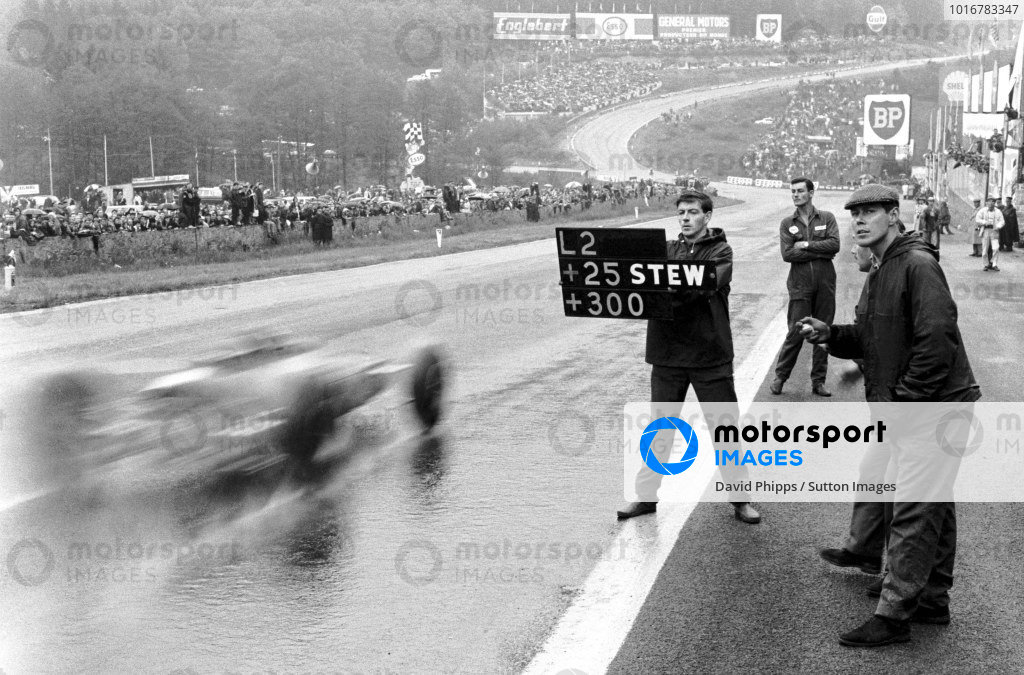 Pit signal to Jim Clark (GBR) Lotus 33, saying  he is 25 secs ahead of Jackie Stewart (GBR) in 2nd place with the rest of the field 300 secs further back. Formula One World Championship, Rd3, Belgian Grand Prix, Spa-Francorchamps, Belgium, 13 June 1965