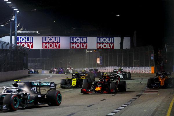 Valtteri Bottas, Mercedes AMG W10, leads Alexander Albon, Red Bull RB15, Nico Hulkenberg, Renault R.S. 19, Carlos Sainz Jr., McLaren MCL34, Antonio Giovinazzi, Alfa Romeo Racing C38, and the remainder of the field at the start