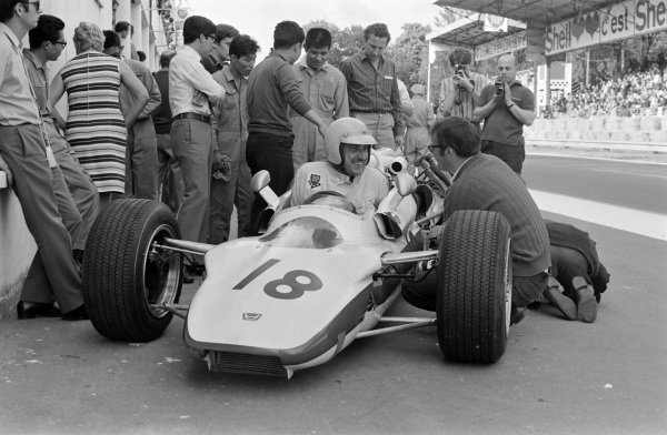 Jo Schlesser, Honda RA302, talks to an engineer in the pit lane.