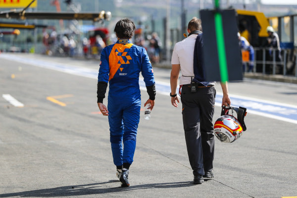 Carlos Sainz Jr., McLaren MCL34 walks back to the pits in qualifying