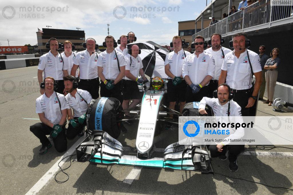 Esteban Gutierrez, Mercedes-Benz F1 W07 Hybrid and Mercedes F1 Team mechanics pose for a photograph