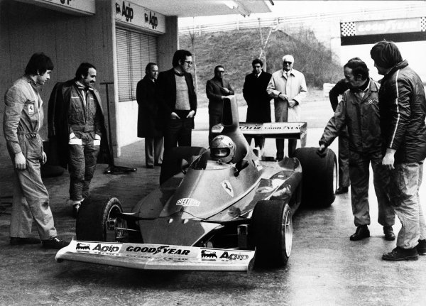 Fiorano Test Track, Italy.Nikki Lauda tests the Ferrari 312T for the first time as Clay Regazzoni(2nd Left), Mauro Forghieri(Hands in pockets), Enzo Ferrari(At rear,white coat) and Ermanno Cupghi(2nd Right) look on. Portrait.World Copyright - LAT Photographic