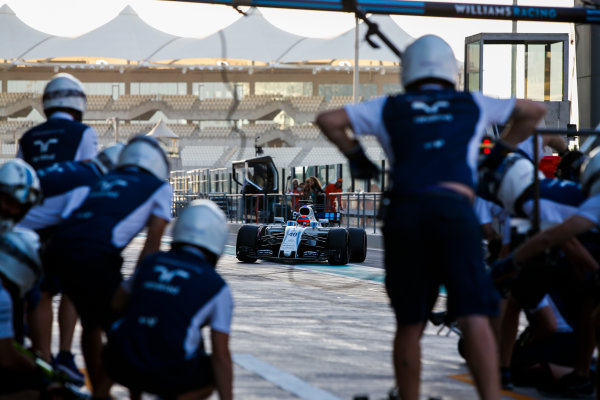 Yas Marina Circuit, Abu Dhabi, United Arab Emirates. Wednesday 29 November 2017. Robert Kubica, Williams FW40 Mercedes, makes a pit stop. World Copyright: Joe Portlock/LAT Images  ref: Digital Image _L5R0901