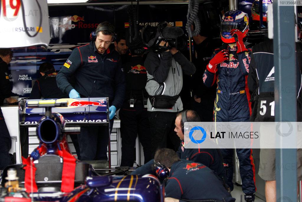Albert Park, Melbourne, Australia 25th March 2011. Daniel Ricciardo, Toro Rosso STR6, prepares to climb into the car. Portrait. Helmets.  World Copyright: Andrew Ferraro/LAT Photographic ref: Digital Image