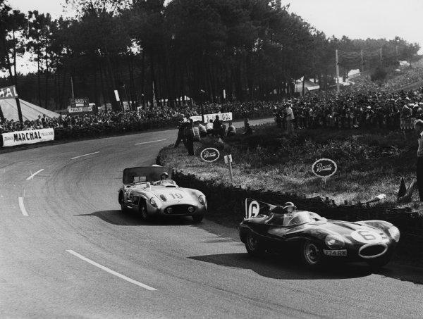 Le Mans, France. 11 - 12 June 1955.Mike Hawthorn/Ivor Bueb (Jaguar D-Type), 1st position, leads Juan Manuel Fangio/Stirling Moss (Mercedes-Benz 300SLR), Withdrawn, action. World Copyright: LAT Photographic.Ref:  Autocar Glass Plate C43736.