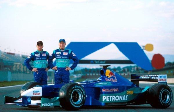 (L to R): Nick Heidfeld (GER) Sauber and Kimi Raikkonen (FIN) Sauber with the new Sauber Petronas C20. Formula One Testing, Barcelona, Spain, 23 January - 2 February 2001.