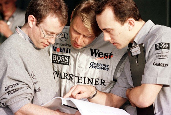 1998 Argentinian Grand Prix.Buenos Aires, Argentina.10-12 April 1998.Mika Hakkinen (McLaren Mercedes-Benz) talks with his mechanics.World Copyright - Coates/LAT Photographic