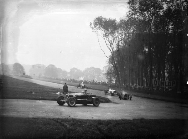 """Buddy' Featherstonhaugh, Maserati 8CM, leads a group of cars including Brian Lewis / Cyril Paul, Riley (#4)."