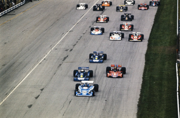 Jacques Laffite, Ligier JS5 Matra, leads Jody Scheckter, Tyrrell P34 Ford, Carlos Pace, Brabham BT45 Alfa Romeo, and Patrick Depailler, Tyrrell P34 Ford, at the start.