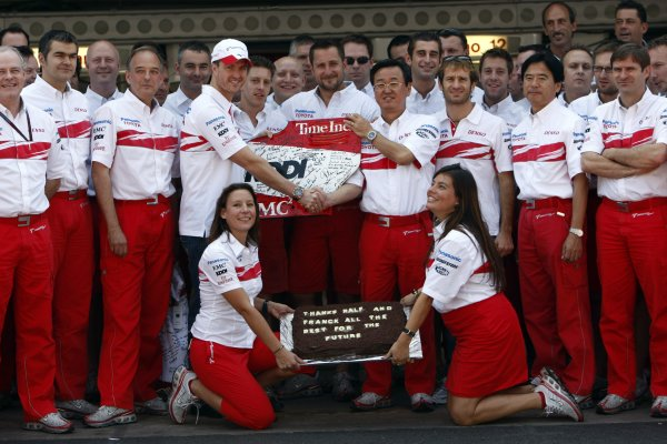 2007 Brazilian Grand Prix - Sinday RaceInterlagos, Sao Paulo, Brazil21st October 2007.The Toyota team say thanks to Ralf Schumacher and Franck Montagny for their services. Portrait. Atmosphere. World Copyright: Andrew Ferraro/LAT Photographicref: Digital Image _H0Y4183