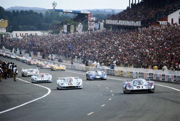 Gerard Larrousse / Vic Elford, Martini International Racing Team, Porsche 917 LH, leads Pedro Rodriguez / Jackie Oliver, J. W. Automotive Engineering, Porsche 917 LH, on the pace lap.
