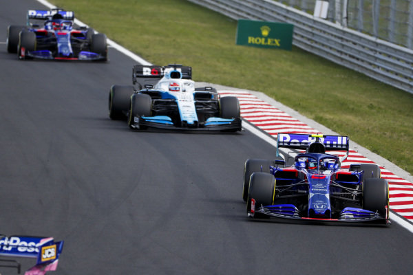 Alexander Albon, Toro Rosso STR14, leads George Russell, Williams Racing FW42, and Daniil Kvyat, Toro Rosso STR14