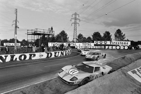 Pedro Rodriguez / Lucien Bianchi, John Wyer Automotive Engineering, Ford GT40, leads Claude Laurent / Jean-Claude Ogier, Claude Laurent, Porsche 911 T, and Ulf Norinder / Sten Axelsson, Sportscars Unlimited, Lola T70 Mk3 - Chevrolet, past Brian Muir / Jackie Oliver's abandoned Ford GT40.