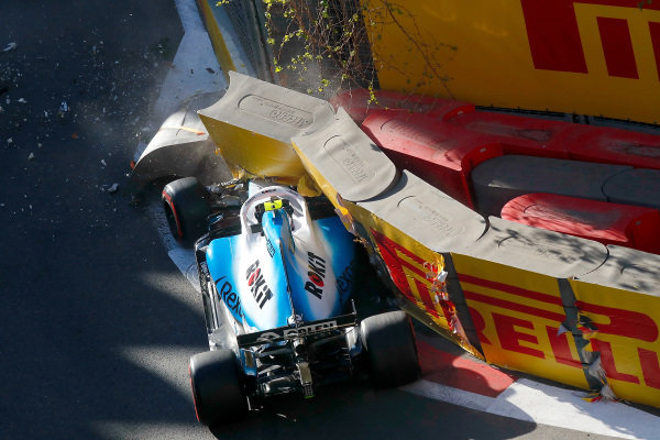 Robert Kubica, Williams FW42, crashes out in Q1