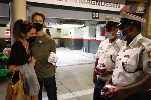 Romain Grosjean, Haas F1 meets the marshals and medical staff including Doctor Ian Roberts, medical car driver Alan van der Merwe who helped him in his crash at last weeks Grand Prix