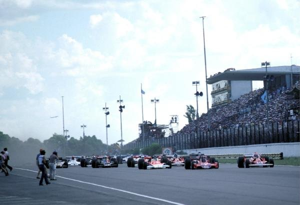 The three car front row lead the field away at the start of the race (L to R): Pole sitter James Hunt (GBR) McLaren M23, who retired from the race on lap 32 with a broken rear suspension support; John Watson (GBR) Brabham BT45 who retired on lap 42 with handling problems; Niki Lauda (AUT) Ferrari 312T2, who retired from the race on lap 21 with a broken fuel metering unit. Argentinean Grand Prix, Rd1, Buenos Aires No. 15, Argentina, 9 January 1977. BEST IMAGE
