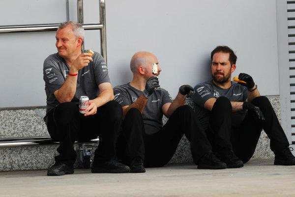 Shanghai International Circuit, Shanghai, China.  Saturday 08 April 2017. McLaren Honda team members take an icecream break. World Copyright: Steven Tee/LAT Images ref: Digital Image _O3I4738