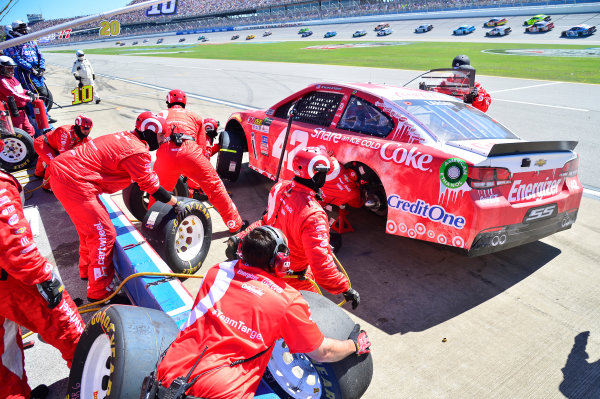 Monster Energy NASCAR Cup Series GEICO 500 Talladega Superspeedway, Talladega, AL USA Sunday 7 May 2017 Kyle Larson, Chip Ganassi Racing, Share an Ice Cold Coke Chevrolet SS, makes a pit stop World Copyright: John K Harrelson LAT Images ref: Digital Image 17TAL1jh_04976