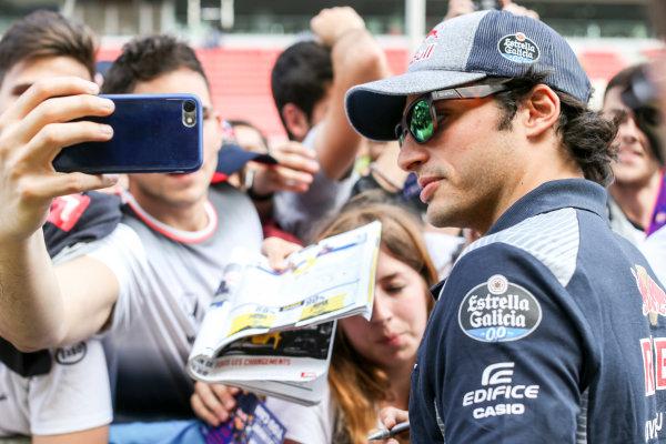 Circuit de Catalunya, Barcelona, Spain. Thursday 11 May 2017. Carlos Sainz Jr, Toro Rosso, signs autographs for his fans. World Copyright: Charles Coates/LAT Images ref: Digital Image GT2R3926